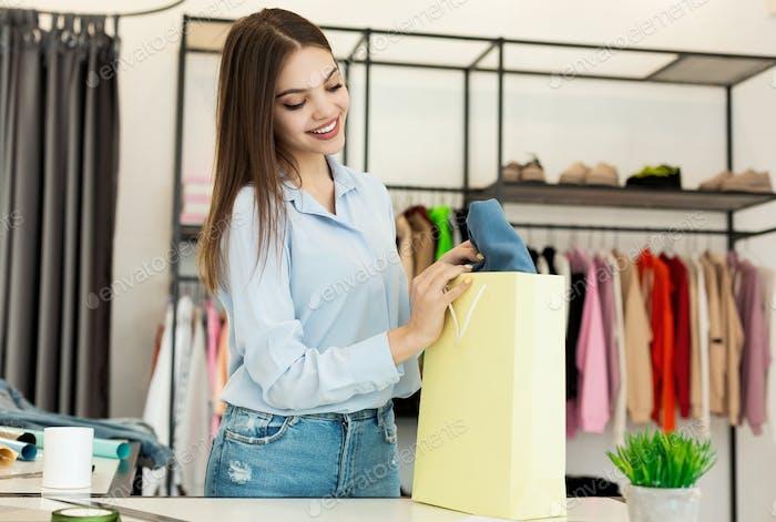 Fröhlich Junge Frau Kauf Kleidung In Modisches Design Studio