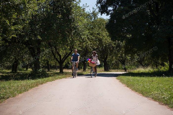 Junges Paar mit fröhlichen Radtour in der Natur