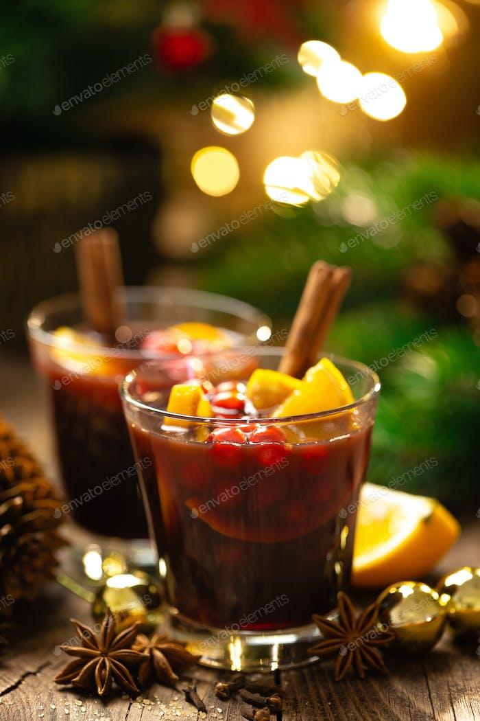 Weihnachten, Neujahr, Weihnachten oder Noel Glühwein mit Dekorationen