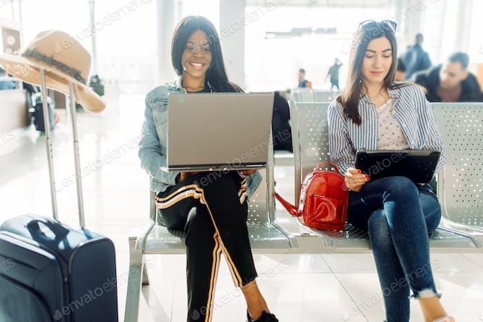 Weibliche Reisende warten auf Abreise am Flughafen