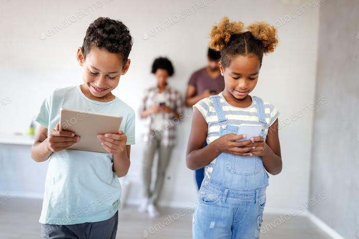 Los niños que usan demasiada tecnología, dispositivo no son tan creativos
