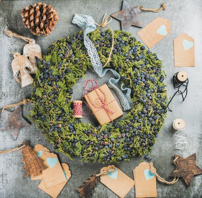 Weihnachten dekorative Kranz, Holzspielzeug, Geschenke, Materialien für die Herstellung von Dekoration