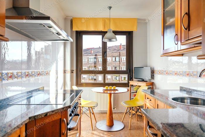 Küche an zwei Fronten mit Essbereich