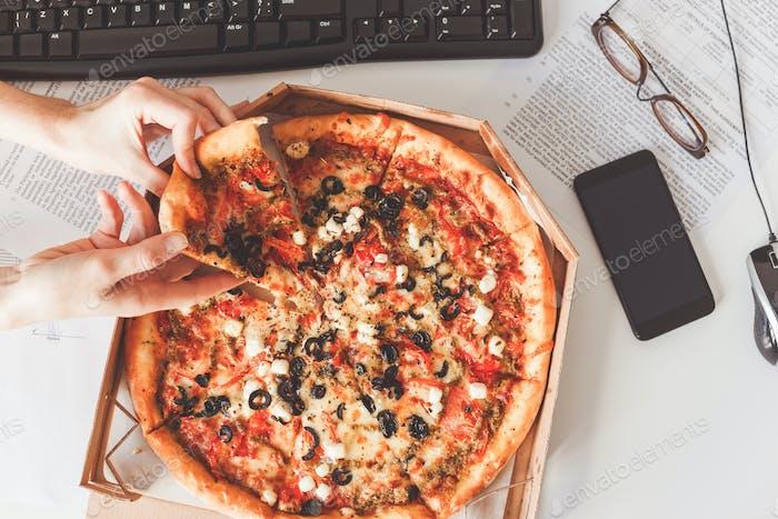 Business Lunch an den Arbeitsplatz geliefert. Vegetarische Pizza teilen
