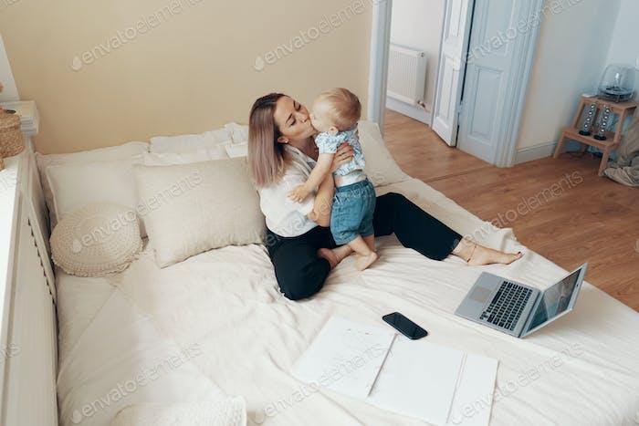Geschäfts-Mutter macht eine Pause. Multitasking-, Freiberufler- und Mutterschaftskonzept