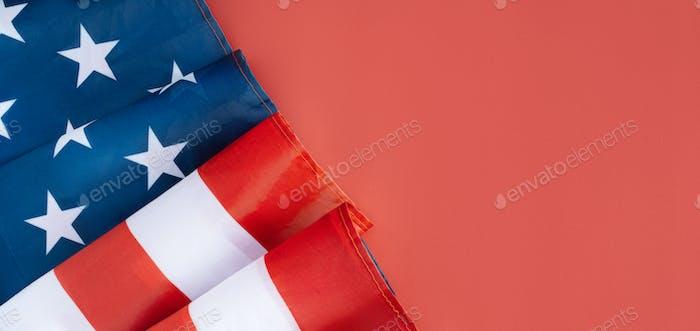Bandera americana en la esquina sobre fondo rojo. Concepto del 4 de julio, Banner larga