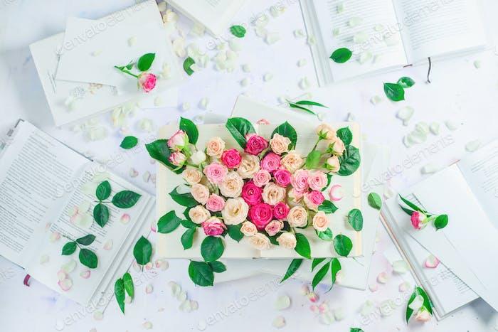Offenes Buch mit Blumen auf Seiten. Rosen und Rosenblätter. Lesen für Mädchen und Frauen Konzept in hohen