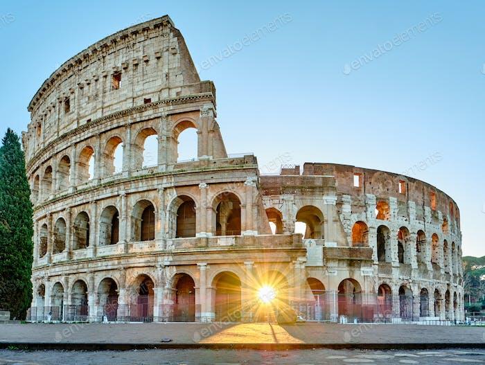 Kolosseum bei Sonnenaufgang in Rom
