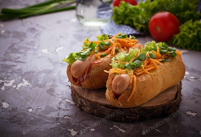Hot Dog mit Wurst, Karotte, Zwiebel, Salat