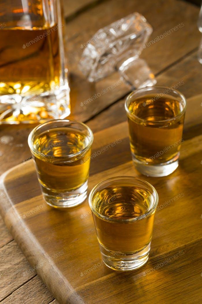 Gruppe von Bourbon Whiskey Shots
