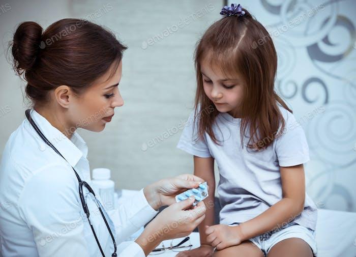 Bebé niña en la clínica