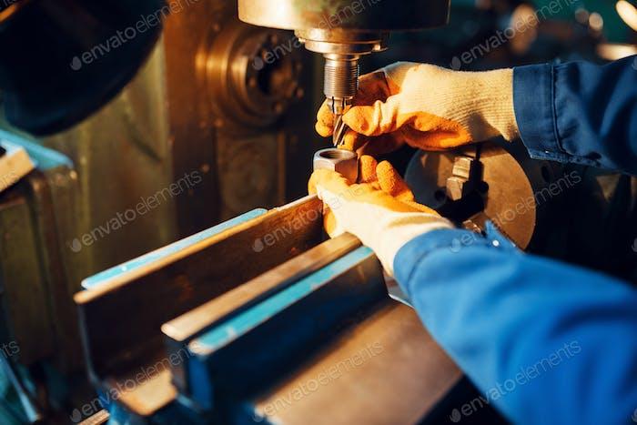 Männlicher Techniker arbeitet an Drehmaschine, Anlage