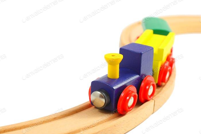 Holzzug Spielzeug auf Schienen isoliert auf weiß