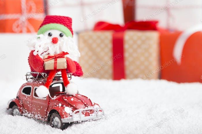 Neujahr Weihnachtsmann liefert Geschenke mit dem Auto auf Hintergrund
