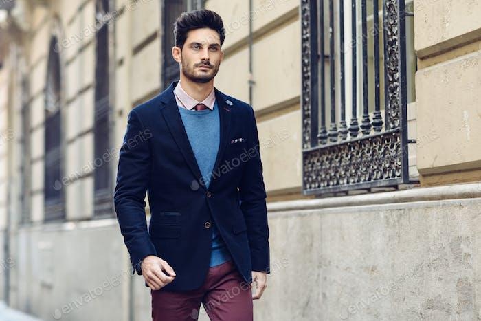 Attraktiver Mann, der britische elegante Anzug auf der Straße trägt. Mander