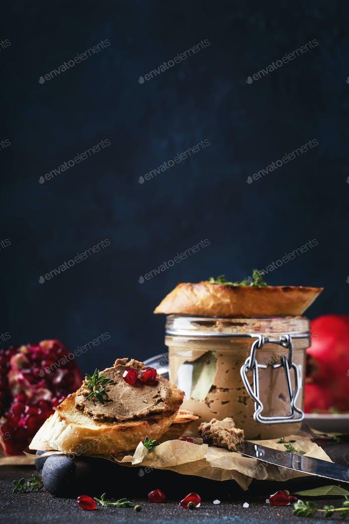 Fleisch Leberpastete auf geröstetem Brot