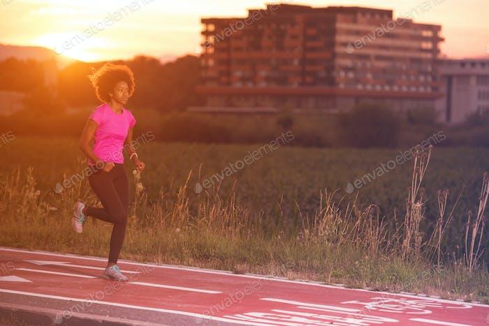 eine junge Afroamerikanerin joggen im freien