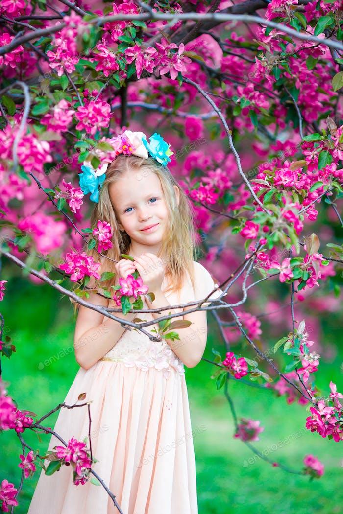 Niedliche Mädchen in blühenden Apfelbaum Garten genießen Sie den warmen Tag