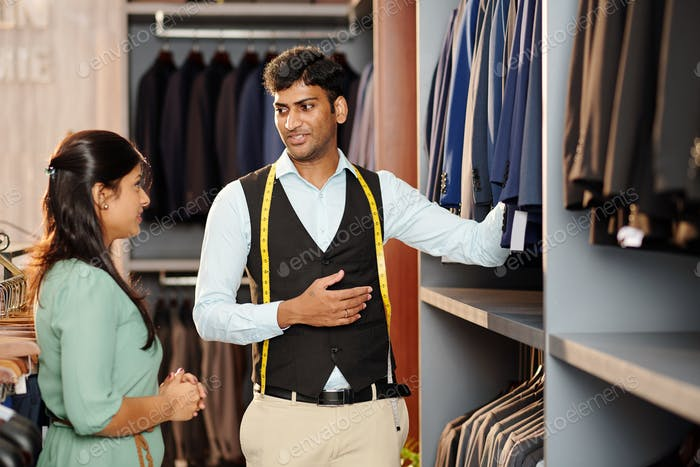 Помощник магазина, помогающий клиенту