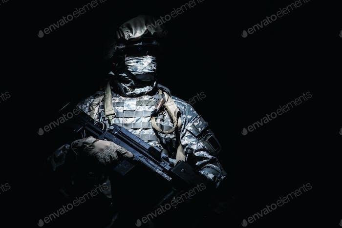 Infanterie mit Maschinengewehr steht in der Dunkelheit