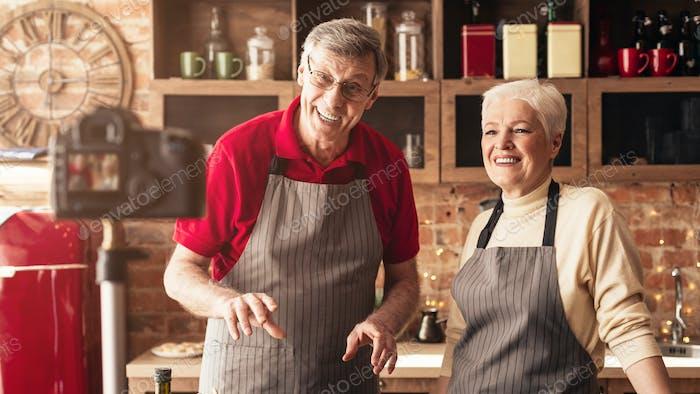 Vídeo de grabación de pareja senior Moderno para su blog de Comida en la Cocina