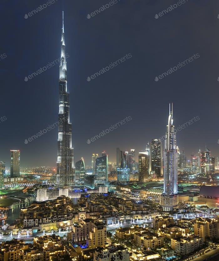 Paisaje urbano de Dubái, Emiratos Árabes Unidos al atardecer, con rascacielos Burj Khalifa iluminado en el