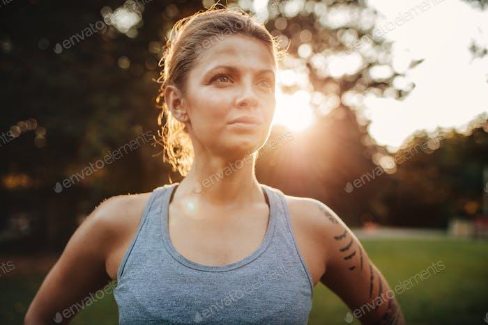 Gesunde junge Frau in Sportbekleidung im Park