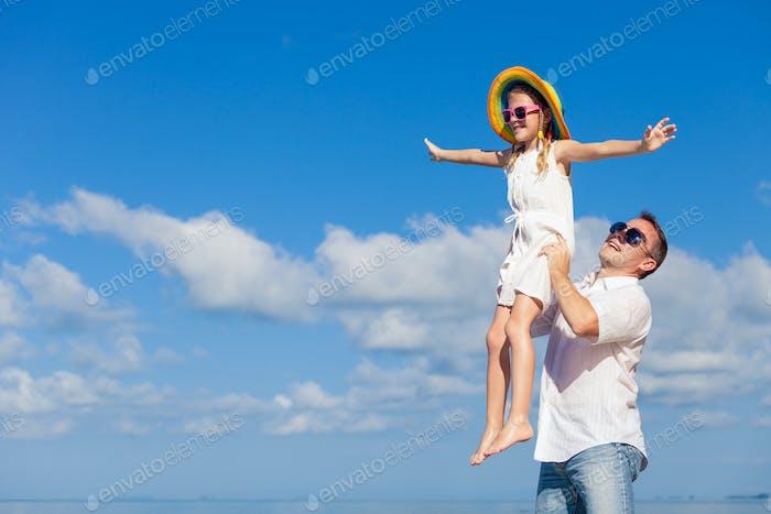 Padre e hija jugando en la Playa a la Tiempo del Día.