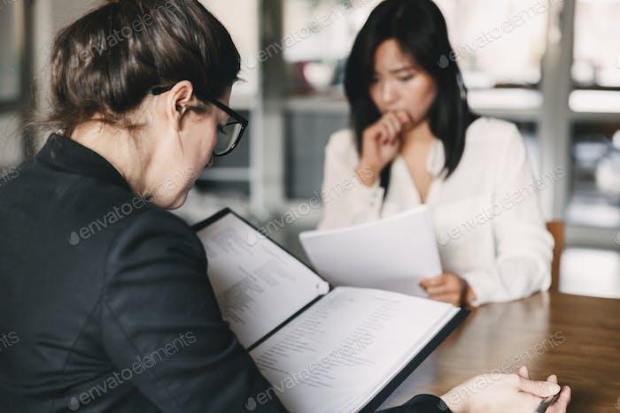 Foto von der Rückseite der Geschäftsfrau interviewen, und im Gespräch mit