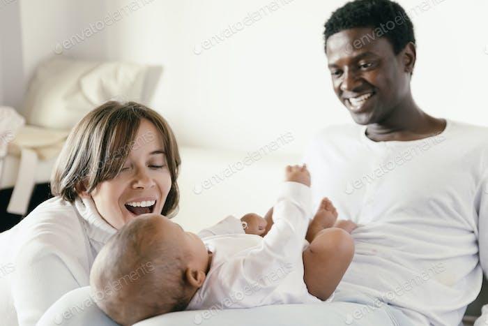 Familia feliz, madre, padre y bebé.