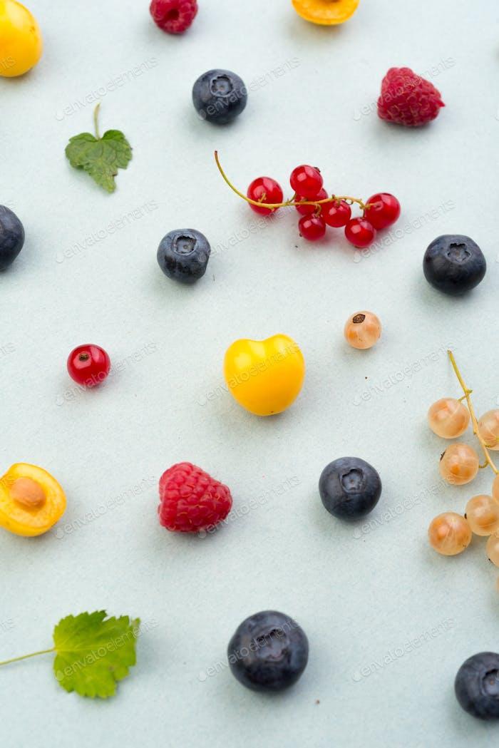 Beeren isoliert über weißen Hintergrund Tabelle.
