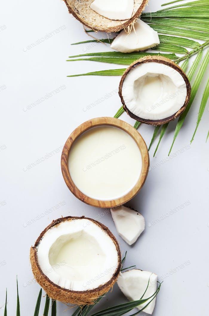 Kokosnuss ohne Milch vegane Milch in Holzschüssel