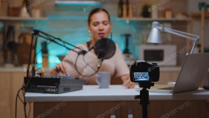 Influencer sitzt an der Station Vlog