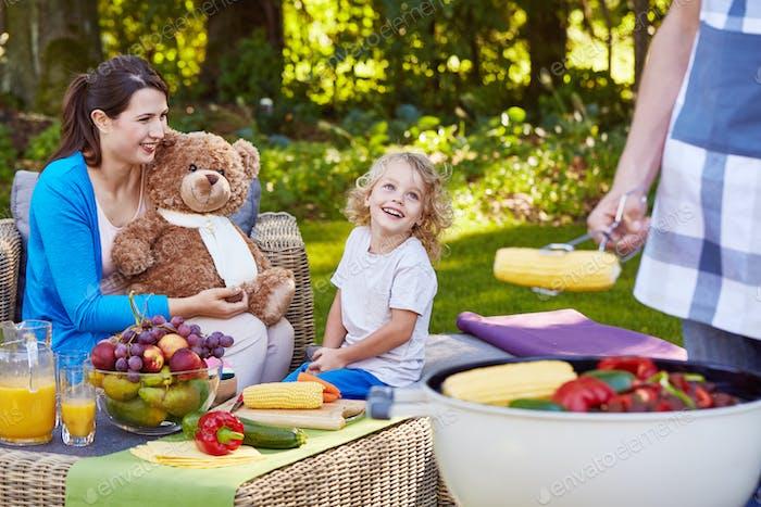 Familie Abendessen im Garten