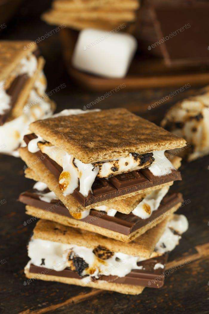 Hausgemachte s'More mit Schokolade und Marshmallow