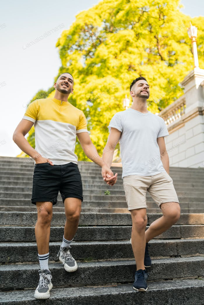 Homosexuell Paar halten ihre Hände und zu Fuß.