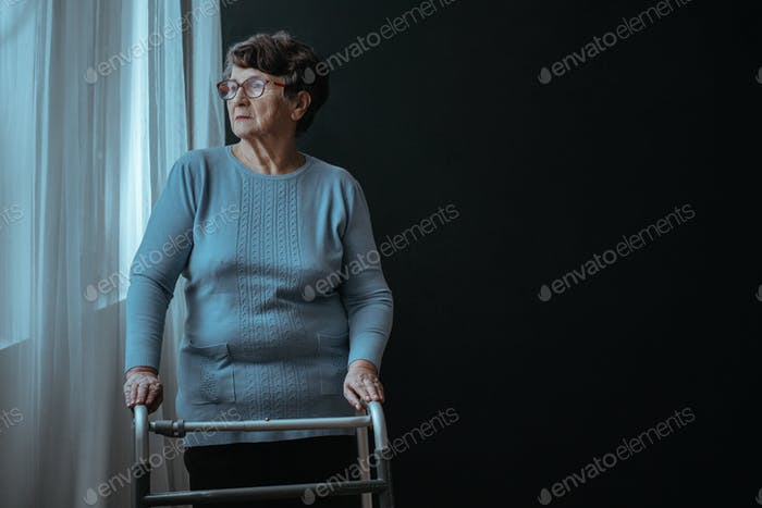 Mujer de pie con un andador