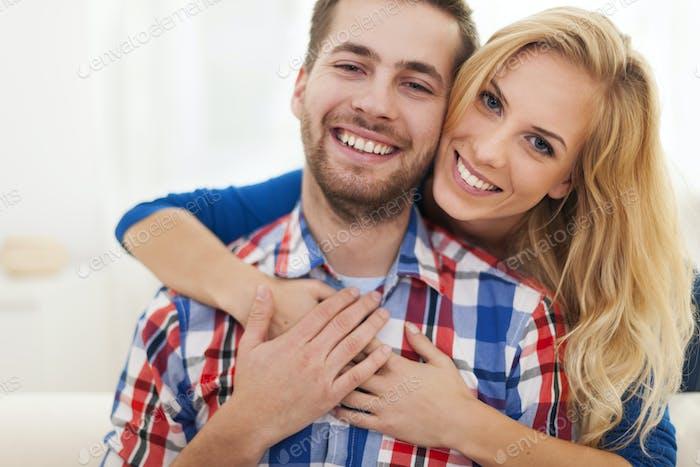 Porträt des glücklichen umarmten Paares