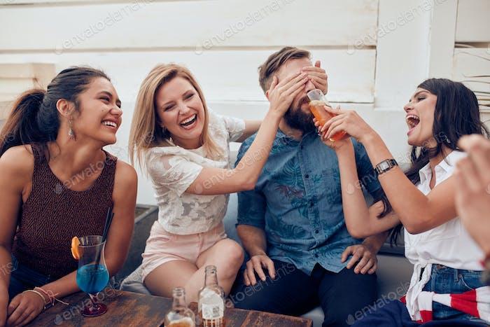 Junge Freunde mit Spaß auf party