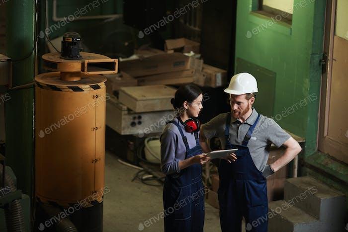 Arbeiter mit Tablet-PC