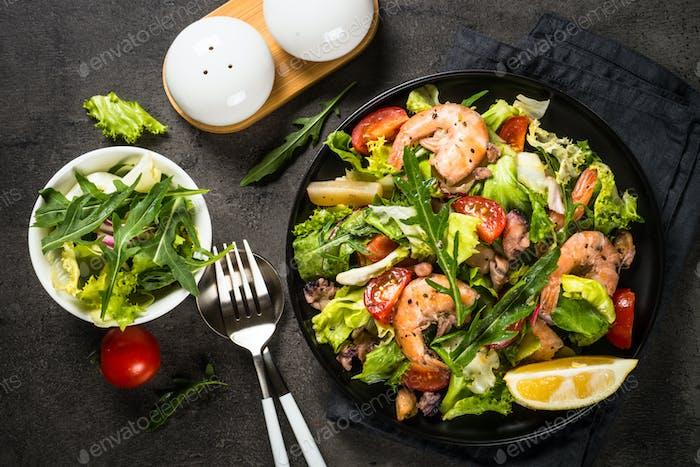 Fisch-Salat mit Blättern und Gemüse