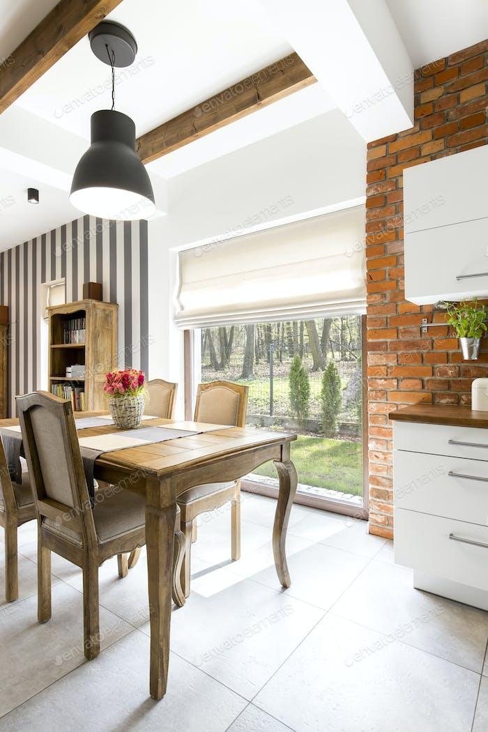 Küche mit Ziegelmauer und abgestreifte Wand