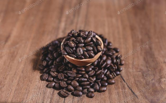 Kaffeebohnen auf Holzuntertasse
