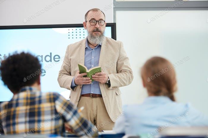 Senior Teacher im Gespräch mit Kindern während des Unterrichts