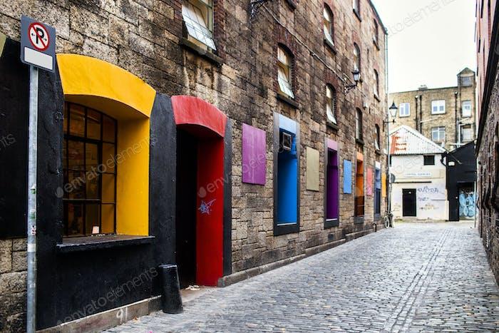 Ventanas multicolores y puertas en el edificio