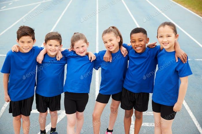 Porträt von Kindern in Leichtathletik Team auf der Strecke am Sport Tag