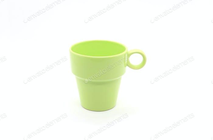 Hellgrüne Keramiktasse auf weißem Hintergrund