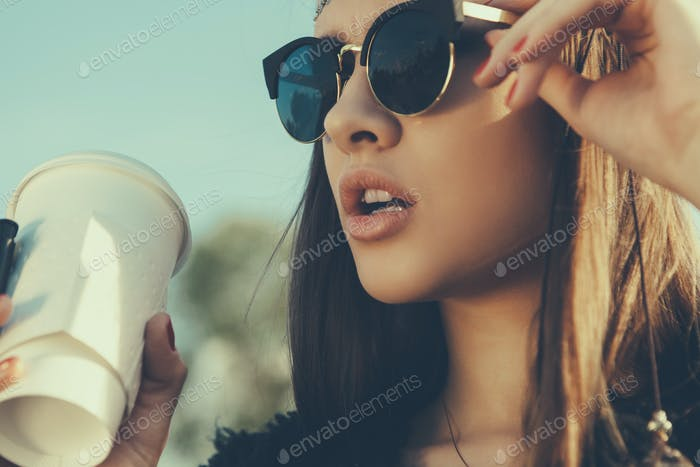 Schöne Hipster Frau mit Tasse Kaffee