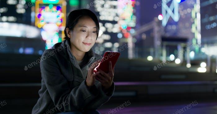 Frau senden SMS auf Handy in der Nacht