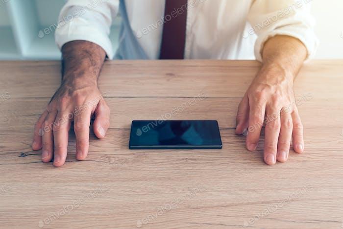 Geschäftsmann Kampf Handy-Sucht Krise